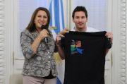 Foto Asli Messi Memegang Kaos (bertuliskan Rosario)